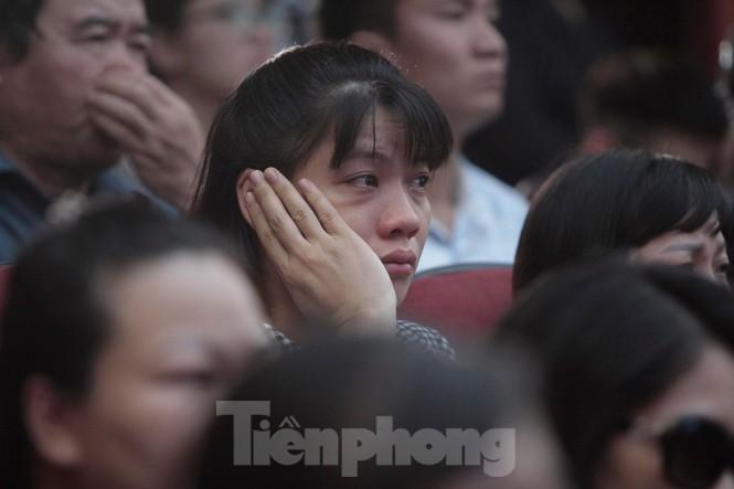 Không cầm được nước mắt xem phim về Thứ trưởng giáo dục Lê Hải An - ảnh 10
