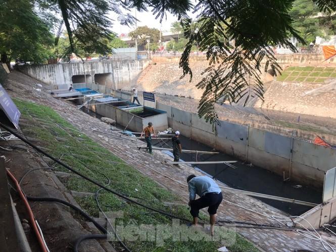 Vì sao bất ngờ tháo dỡ khu thí điểm làm sạch nước sông Tô Lịch? - ảnh 1