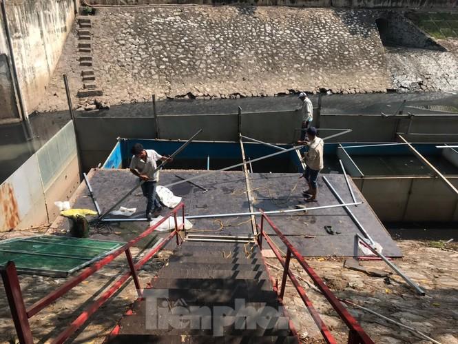 Vì sao bất ngờ tháo dỡ khu thí điểm làm sạch nước sông Tô Lịch? - ảnh 2