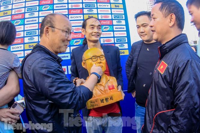 HLV Park Hang Seo nhận món quà bất ngờ trước trận Thái Lan - ảnh 3