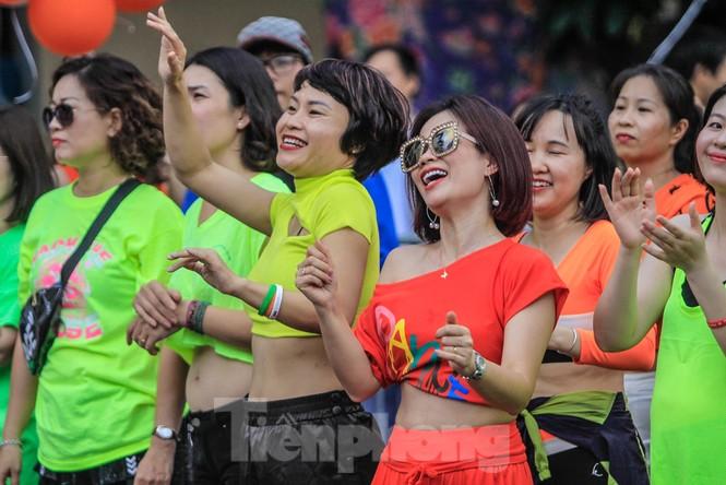 Hàng nghìn người 'khuấy đảo' phố đi bộ Hồ Gươm bằng điệu nhảy zumba - ảnh 11