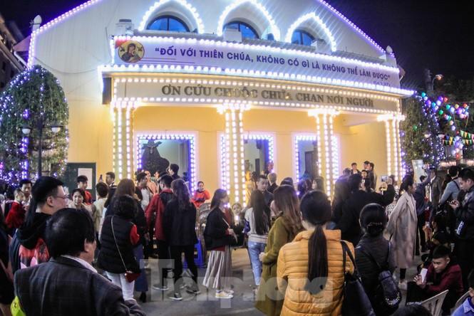 Giáo xứ Thái Hà thắp nến, cầu nguyện trong đêm Giáng sinh  - ảnh 1