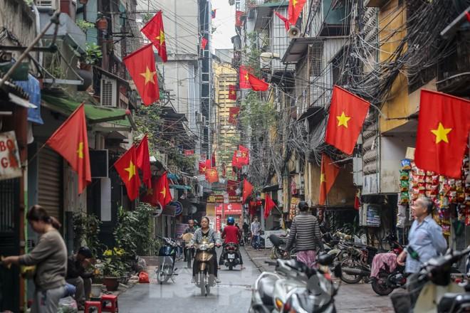 Phố phường Thủ đô rực rỡ cờ đỏ sao vàng ngày 30 Tết - ảnh 1