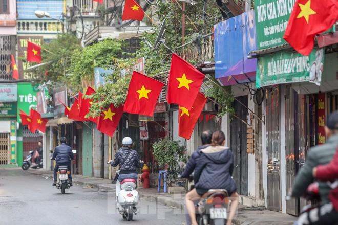 Phố phường Thủ đô rực rỡ cờ đỏ sao vàng ngày 30 Tết - ảnh 12