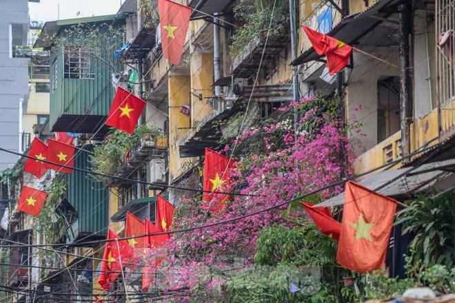 Phố phường Thủ đô rực rỡ cờ đỏ sao vàng ngày 30 Tết - ảnh 13