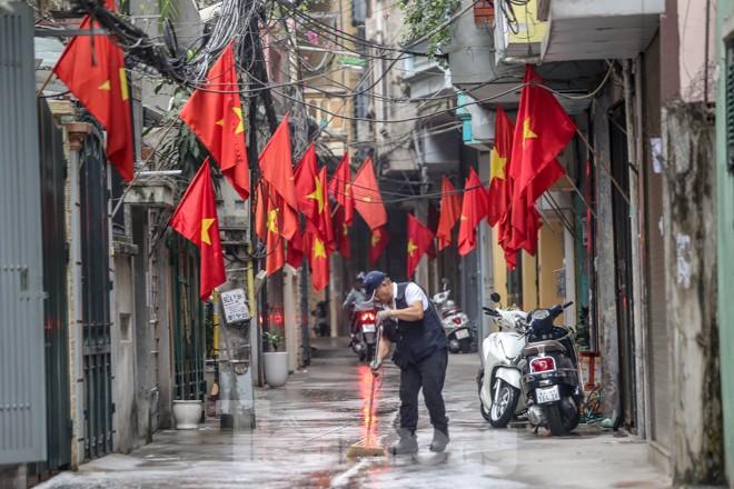 Phố phường Thủ đô rực rỡ cờ đỏ sao vàng ngày 30 Tết - ảnh 14