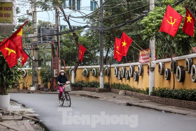 Phố phường Thủ đô rực rỡ cờ đỏ sao vàng ngày 30 Tết - ảnh 10