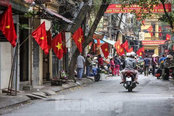 Phố phường Thủ đô rực rỡ cờ đỏ sao vàng ngày 30 Tết - ảnh 2