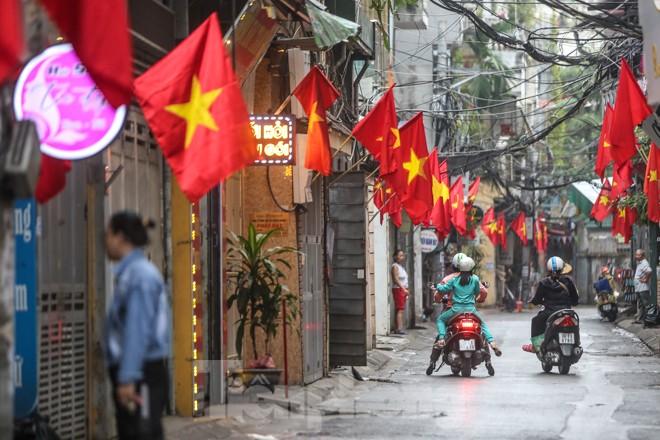 Phố phường Thủ đô rực rỡ cờ đỏ sao vàng ngày 30 Tết - ảnh 3