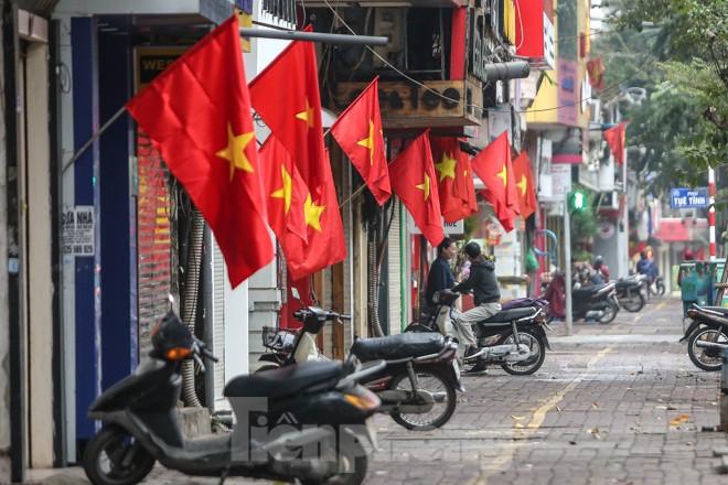 Phố phường Thủ đô rực rỡ cờ đỏ sao vàng ngày 30 Tết - ảnh 4