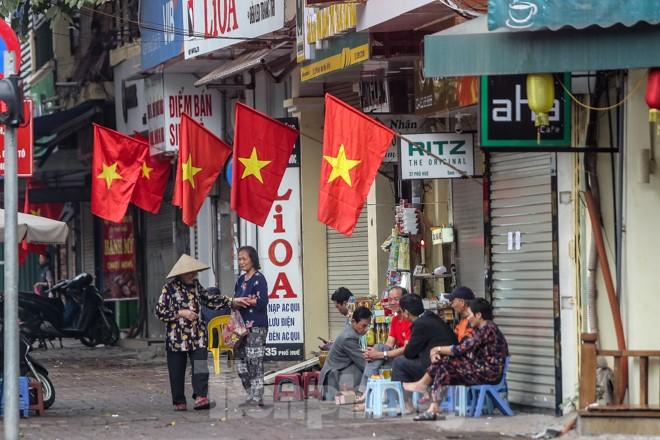 Phố phường Thủ đô rực rỡ cờ đỏ sao vàng ngày 30 Tết - ảnh 5