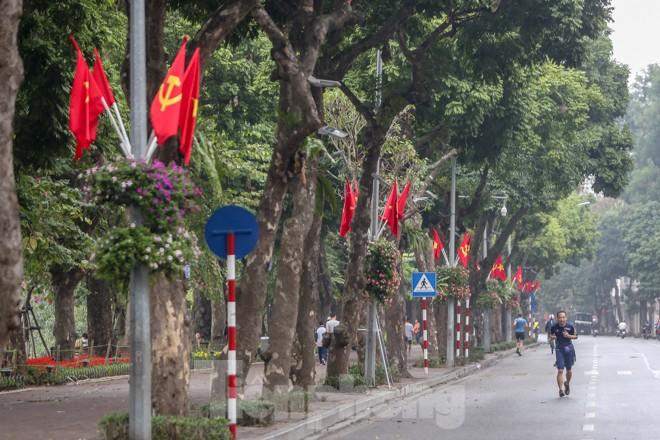 Phố phường Thủ đô rực rỡ cờ đỏ sao vàng ngày 30 Tết - ảnh 6