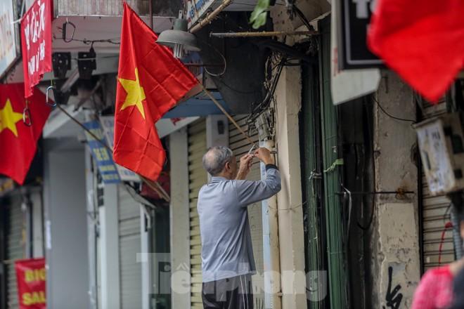 Phố phường Thủ đô rực rỡ cờ đỏ sao vàng ngày 30 Tết - ảnh 7