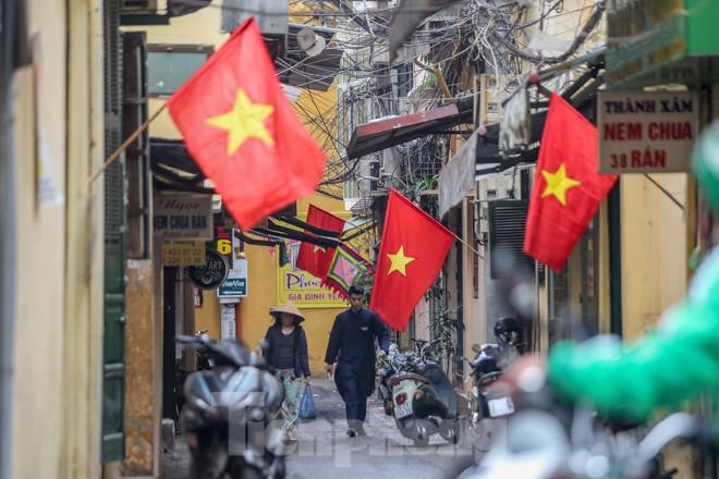 Phố phường Thủ đô rực rỡ cờ đỏ sao vàng ngày 30 Tết - ảnh 8