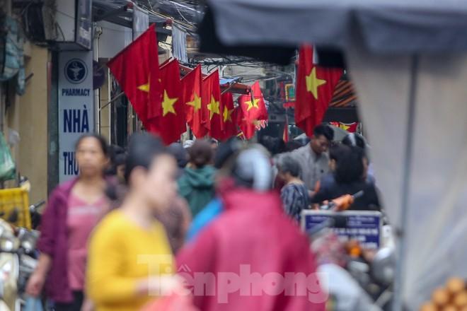 Phố phường Thủ đô rực rỡ cờ đỏ sao vàng ngày 30 Tết - ảnh 9