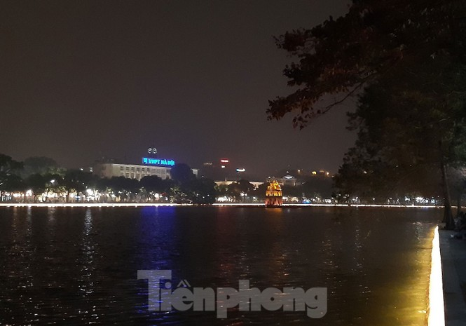 Ngắm hồ Hoàn Kiếm lung linh, huyền ảo về đêm - ảnh 3