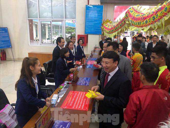 Bí thư Tỉnh ủy Quảng Ninh đích thân lì xì đoàn khách xông đất vịnh Hạ Long - ảnh 4