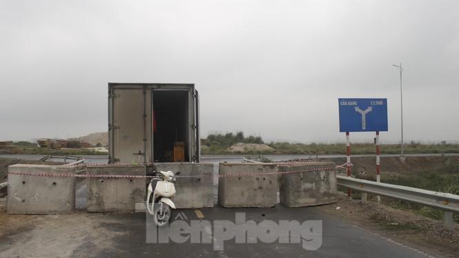 Quảng Ninh lên tiêng vụ đổ đất, cẩu bê tông chặn đường kiểm soát dịch - ảnh 1