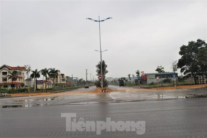 Quảng Ninh lên tiêng vụ đổ đất, cẩu bê tông chặn đường kiểm soát dịch - ảnh 11