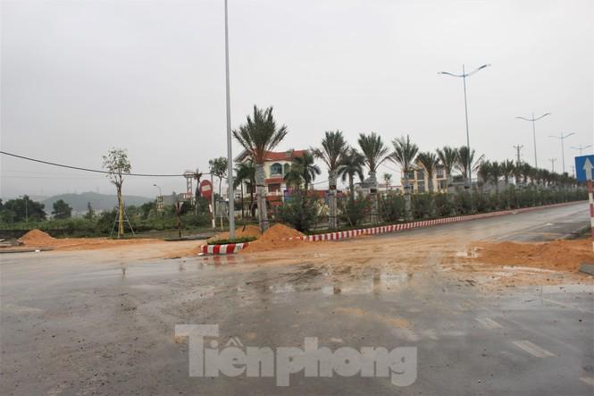 Quảng Ninh lên tiêng vụ đổ đất, cẩu bê tông chặn đường kiểm soát dịch - ảnh 2
