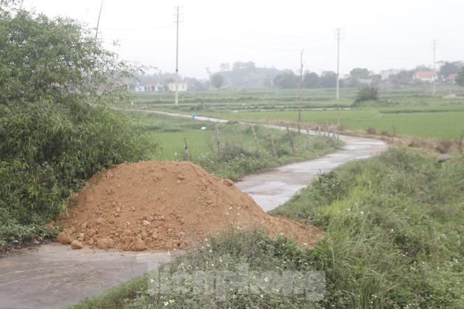Quảng Ninh lên tiêng vụ đổ đất, cẩu bê tông chặn đường kiểm soát dịch - ảnh 6