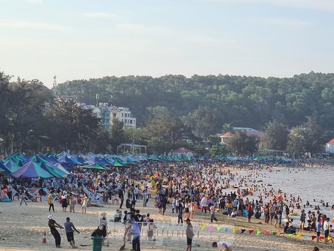 Ngày đầu nghỉ lễ 30/4 - 1/5, bãi biển Đồ Sơn đông nghẹt người - ảnh 11