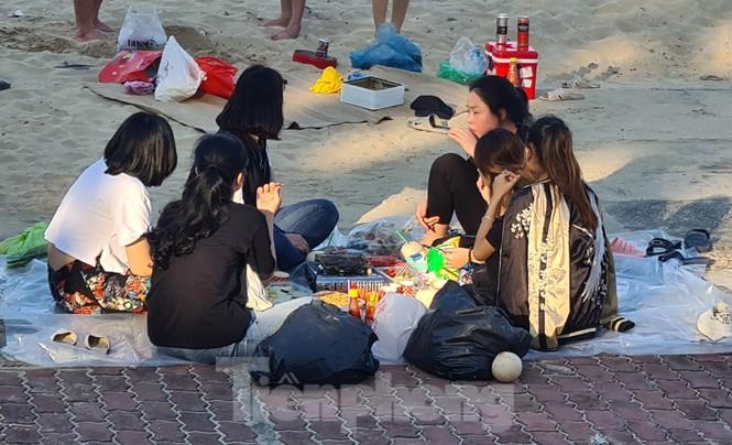 Ngày đầu nghỉ lễ 30/4 - 1/5, bãi biển Đồ Sơn đông nghẹt người - ảnh 10