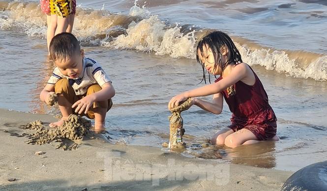 Ngày đầu nghỉ lễ 30/4 - 1/5, bãi biển Đồ Sơn đông nghẹt người - ảnh 3