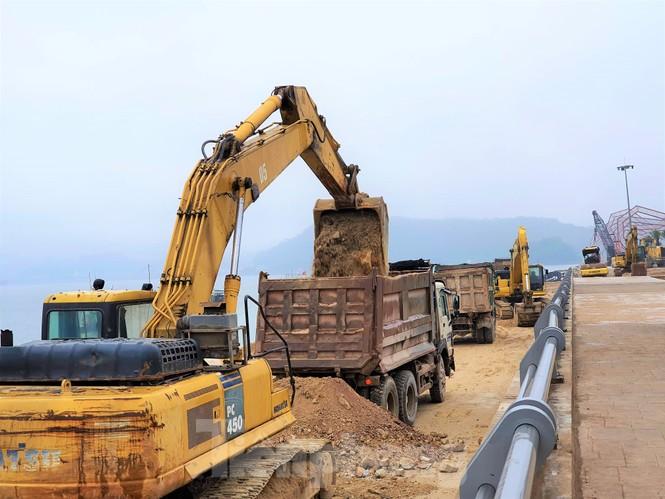 Vụ đổ đất lấn vịnh Bái Tử Long: Doanh nghiệp san gạt bãi bồi thành bãi tắm?