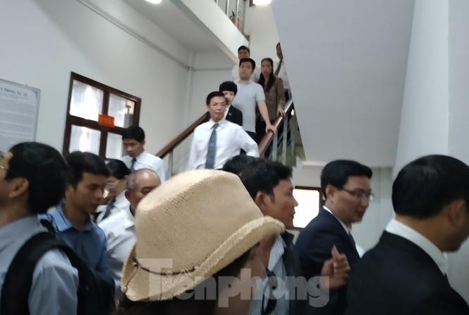 Xét xử luật sư Trần Vũ Hải, luật sư và nhà báo đều bị tịch thu hết điện thoại - ảnh 3