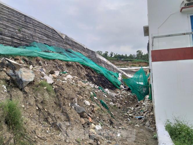 """Nha Trang tháo dỡ """"tường thành"""" khổng lồ, nước chảy ồ ạt vào nhà dân - ảnh 1"""
