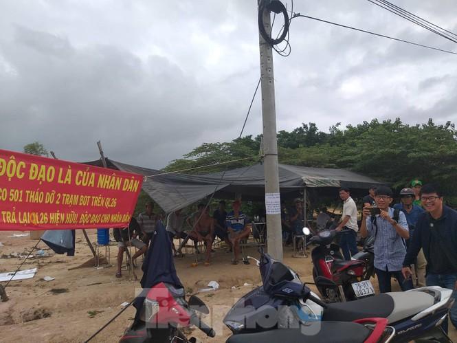Ngày đầu thu phí, 2 trạm BOT Quốc lộ 26 đã bị dân vây kín - ảnh 1
