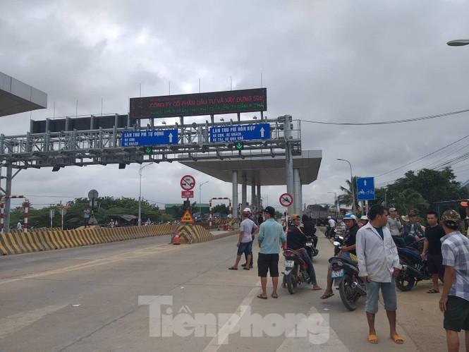 Ngày đầu thu phí, 2 trạm BOT Quốc lộ 26 đã bị dân vây kín - ảnh 2