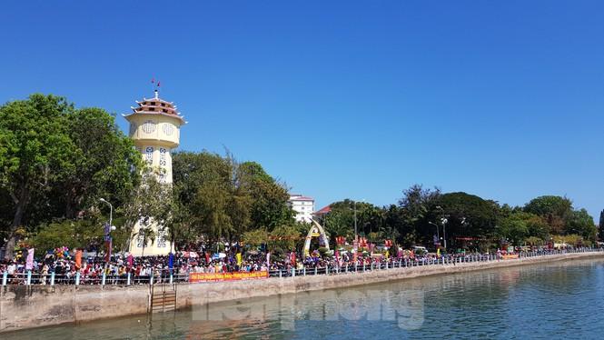 Tưng bừng lễ hội đua thuyền trên sông Cà Ty  - ảnh 1