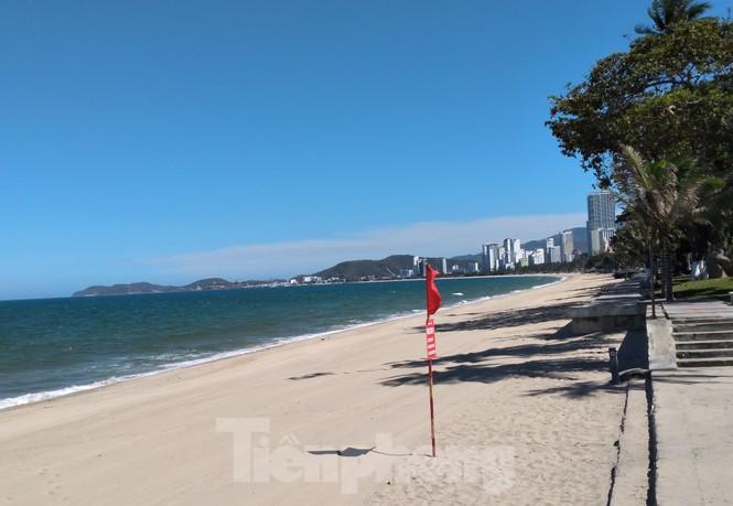 Từ ngày mai, người dân và du khách được tắm biển Nha Trang - ảnh 1