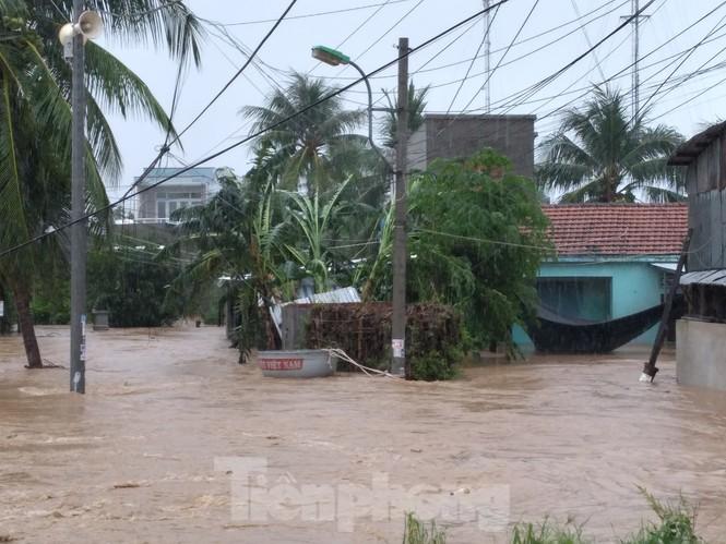 Khánh Hoà ngập lụt nhiều thôn xóm sau bão số 12 - ảnh 4