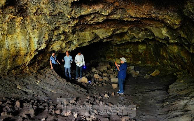 Hé lộ nhiều di cốt người tiền sử trong hang động núi lửa lớn nhất Đông Nam Á - ảnh 4
