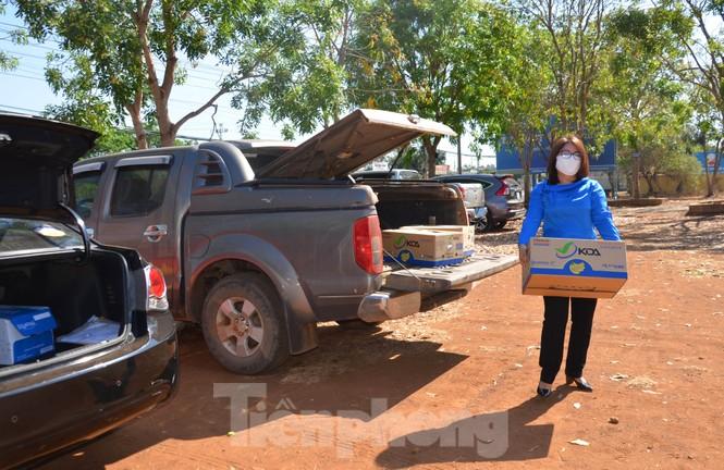 Tây Nguyên: Người dân góp quà động viên tuyến đầu phòng chống COVID-19 - ảnh 9