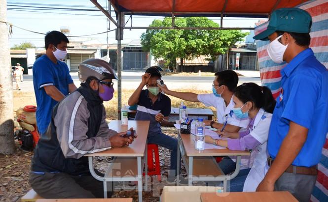 Tây Nguyên: Người dân góp quà động viên tuyến đầu phòng chống COVID-19 - ảnh 11