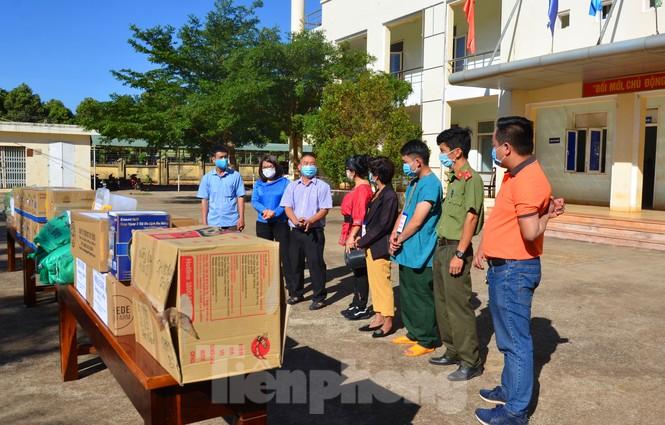 Tây Nguyên: Người dân góp quà động viên tuyến đầu phòng chống COVID-19 - ảnh 5