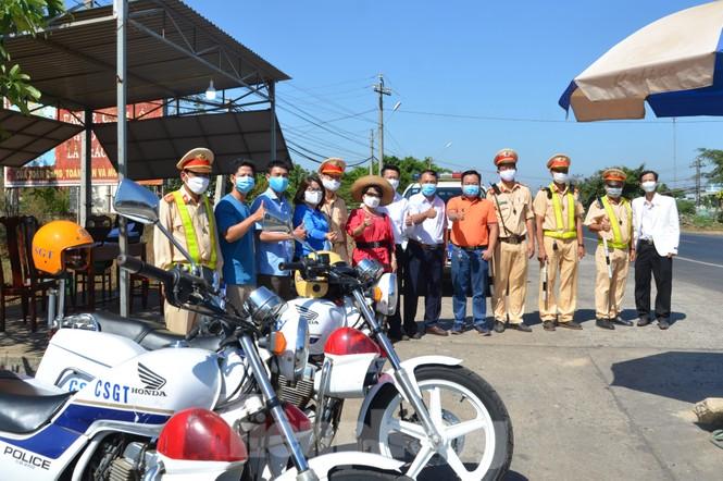 Tây Nguyên: Người dân góp quà động viên tuyến đầu phòng chống COVID-19 - ảnh 12