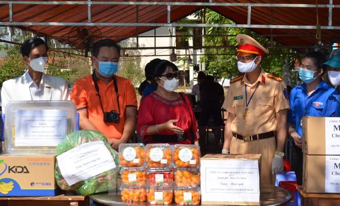 Tây Nguyên: Người dân góp quà động viên tuyến đầu phòng chống COVID-19 - ảnh 10