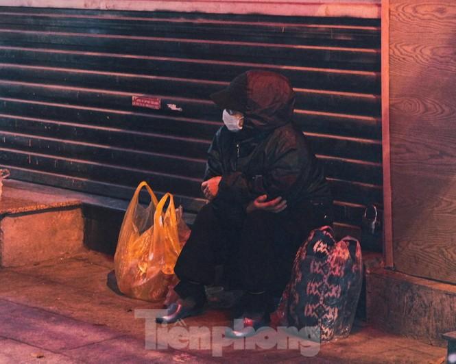Cảnh 'màn trời chiếu đất' của người vô gia cư trong đêm giá rét Hà Thành - ảnh 1