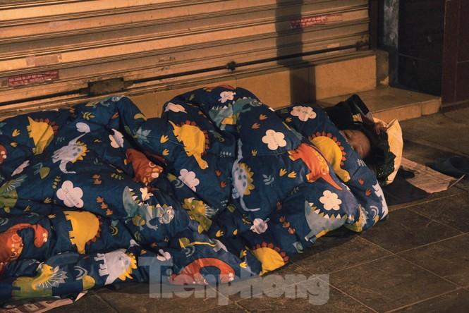 Cảnh 'màn trời chiếu đất' của người vô gia cư trong đêm giá rét Hà Thành - ảnh 5