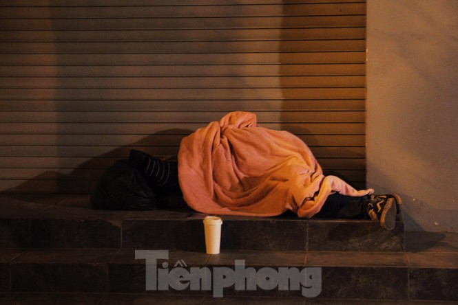Cảnh 'màn trời chiếu đất' của người vô gia cư trong đêm giá rét Hà Thành - ảnh 2