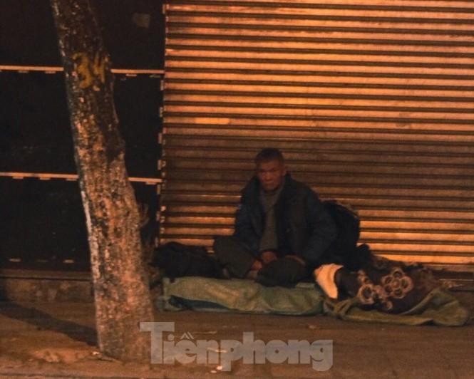 Cảnh 'màn trời chiếu đất' của người vô gia cư trong đêm giá rét Hà Thành - ảnh 3