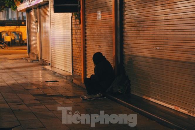 Cảnh 'màn trời chiếu đất' của người vô gia cư trong đêm giá rét Hà Thành - ảnh 8