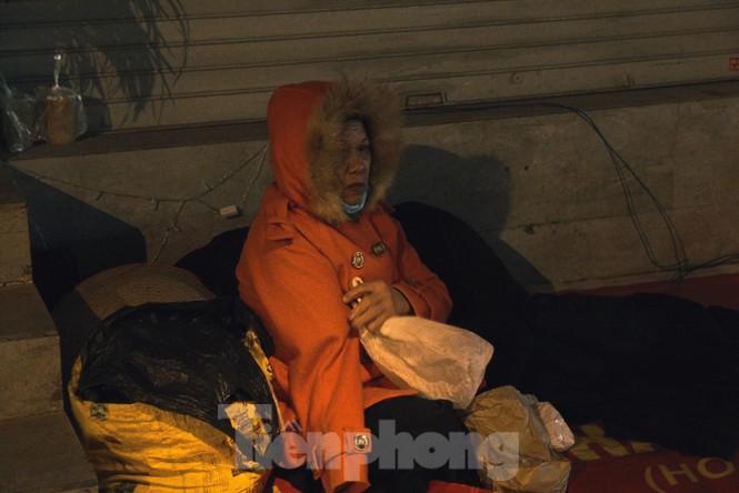 Cảnh 'màn trời chiếu đất' của người vô gia cư trong đêm giá rét Hà Thành - ảnh 6