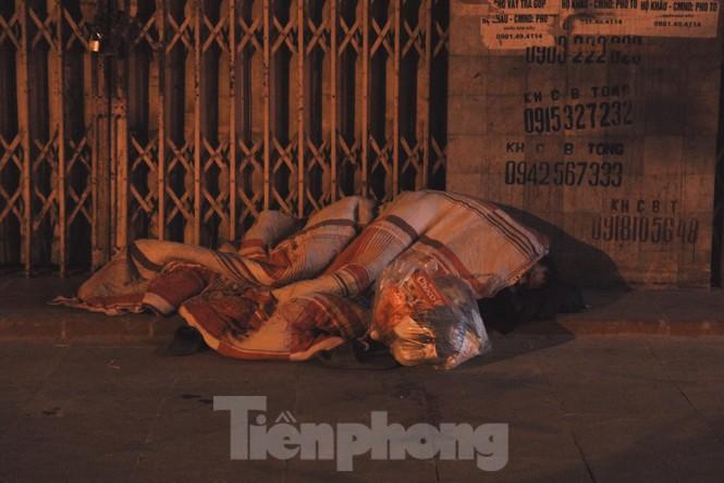 Cảnh 'màn trời chiếu đất' của người vô gia cư trong đêm giá rét Hà Thành - ảnh 4