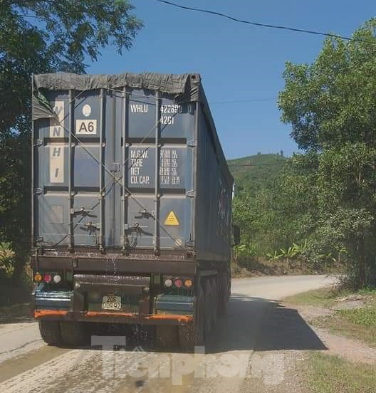 """Ẩn họa từ việc """"hô biến"""" container thành xe ben chở đất đá - ảnh 1"""